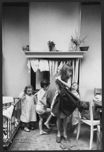 Kinderen van Lucebert bij het aankleden in de keuken, Boendemakershof, Bergen c. 1958