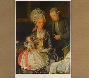 Portret van man en een vrouw met hun kind in een interieur