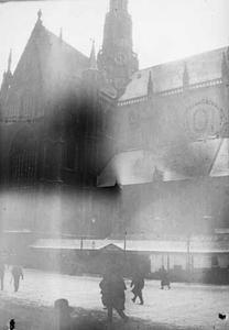 Gezicht op de Grote of Sint-Bavokerk vanuit de Riviervismarkt te Haarlem