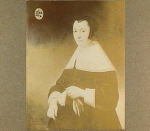 Portret van een 45 jarige vrouw met handschoenen in de linker hand