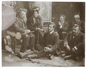 Groepsportret van Johanna van Bijlevelt, Piet Mondriaan, Simon Maris, Hendrik Kroon en twee onbekende heren in het atelier van Simon Maris