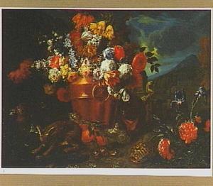 Koperen ketel met een boeket bloemen in een landschap