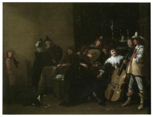 Musicerend en converserend gezelschap in een zaal
