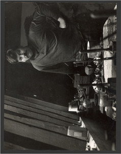 Karel Appel in zijn atelier