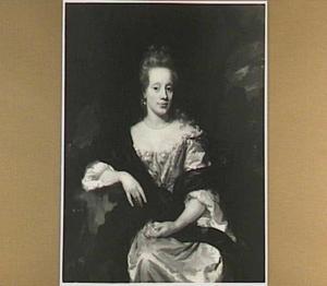 Portret van een vrouw, zittend en steunend op de rechter arm