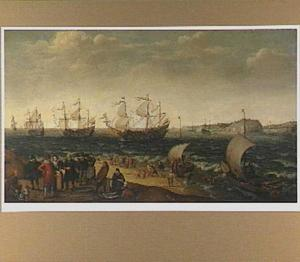 Vloot op zee met op de voorgrond een visafslag op het strand