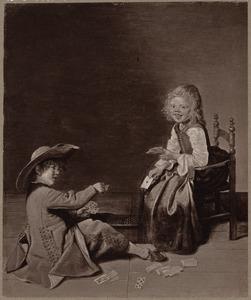 Twee kaartspelende kinderen in een interieur