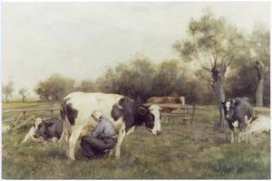 Boerin die een koe aan het melken is