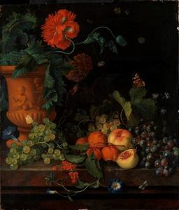 Vruchtenstilleven naast een terracotta vaas met bloemen op een marmeren blad