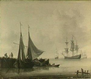 Visserschepen bij een aanlegsteiger met rechts op de achtergrond een fregat