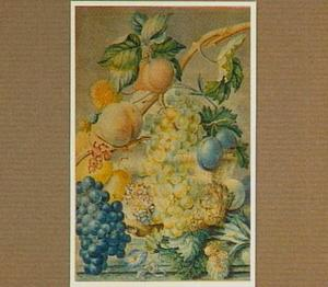 Vruchtenstilleven in en rond een mand, op een stenen plint
