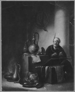 Man met een schedel in zijn handen, naast een tafel met siervaatwerk en juwelen