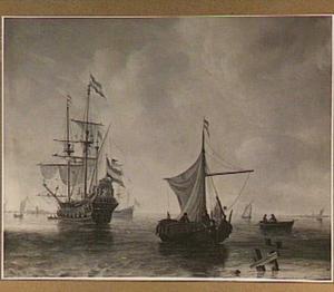 Kalme zee met vissersboten en links een fregat