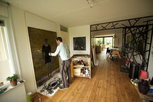 Ronald Zuurmond werkend in zijn atelier