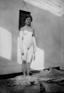 Staand naakt, vermoedelijk Mina Otten