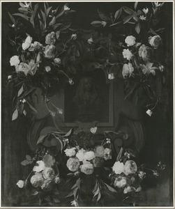 Cartouche met bloemguirlandes rond het portret van koning-stadhouder Willem III van Oranje-Nassau (1650-1702)