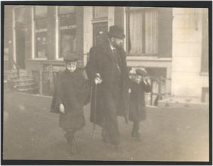Geo Poggenbeek met kinderen op straat