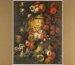 Bloemen rond een met nimfen versierde vaas