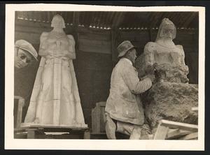 B.M.A. Ingen Housz, werkend aan het grafmonument voor J.B. van Heutz, 1925-1926