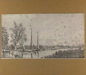 Zeilboten aan de oever van een rivier