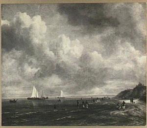 Strandgezicht met enkele schepen, wandelaars en badenden