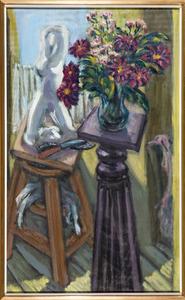 Stilleven met beeld en vaas met bloemen