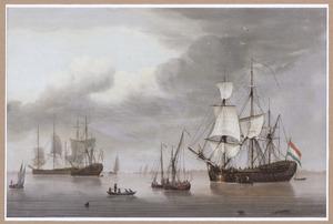 Schepen op zee bij windstil weer, op de achtergrond een stad, mogelijk Hoorn