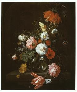 Bloemen in een glazen vaas op een stenen tafel
