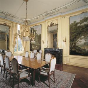 Kamer met geschilderde behangsels en grisailles boven de deuren
