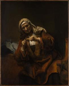 Oude vrouw die haar nagels knipt