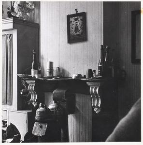 Schoorsteenmantel in de woning van Herbert Fiedler, M. J. Kosterstraat 11 te Amsterdam, op een van de laatste dagen van 1960