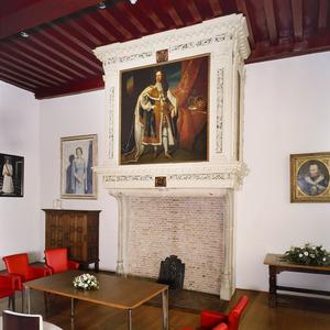 Schoorsteenboezem met staatsieportret en tegen de zijkanten decoratiestukken