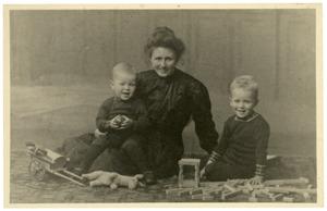 Familieportet van Margaretha Maria Honig (1876-?), Frans Verkade (1904-?) en Jacobus Verkade (1906-?)