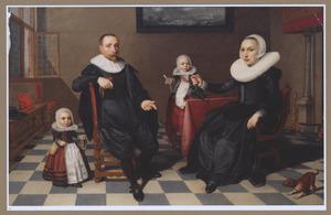 Portret van een echtpaar met hun twee jonge kinderen in een interieur