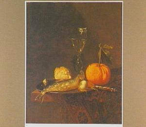 Stilleven met een haring en ui op een tinnen bord, een mes, een broodje, een sinaasappel en een vleugelglas op een oosters tapijt