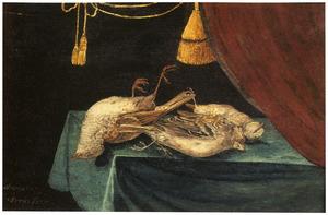 Stilleven van gevogelte op een met een groen kleed bedekte tafel met rechts een gordijn