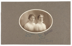 Portret van Harmientje Parlevliet (1885-...) en Frederika Johanna Althoff (1879-...)