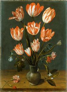 Tulpen in een aardenwerk vaas