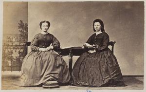 Portret van twee vrouwen uit familie Molenaar