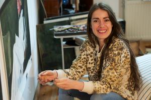 Portret van Iris van Dongen in haar atelier