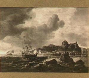Zeilschepen voor een mediterrane kust, rechts een havenstad