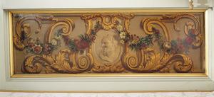 Medaillon met satyrkop omgeven door ornamenten en een bloemslinger