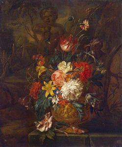 Bloemen in een vaas in een tuin