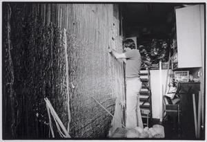 Herman Scholten aan het werk in zijn atelier