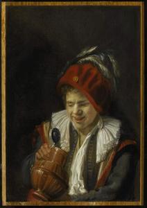 Jonge man met een drinkkan
