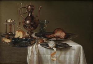 Stilleven met zoutvat en kruik, vaat- en glaswerk, etenswaren en mes op een donker kleed met wit servet