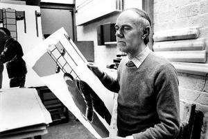 Portret van Roger Raveel met een van zijn werken