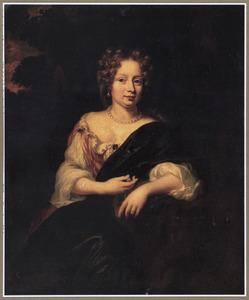Portret van een vrouw, zittend leunend op haar linkerarm in een park