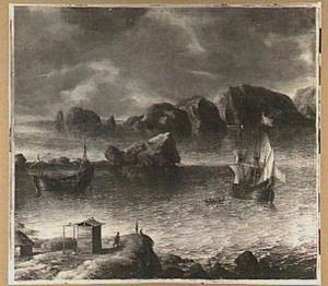 Schepen in kalm water voor een rotsachtige kust