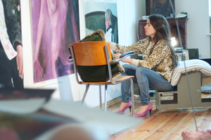 Iris van Dongen werkend in haar atelier